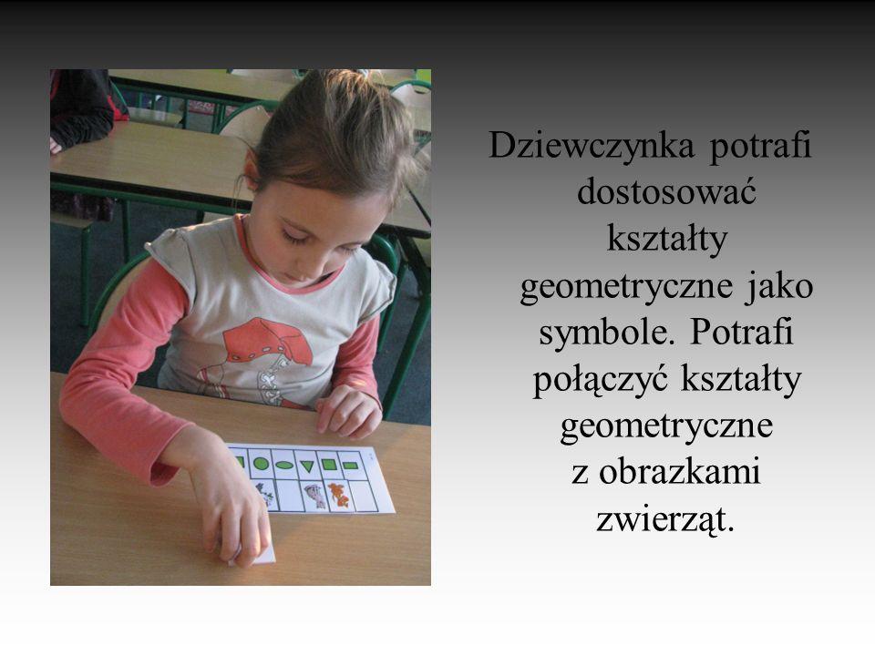 Dziewczynka potrafi dostosować kształty geometryczne jako symbole