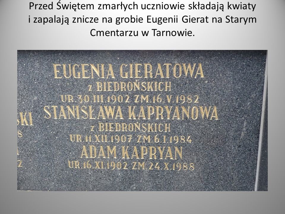 Przed Świętem zmarłych uczniowie składają kwiaty i zapalają znicze na grobie Eugenii Gierat na Starym Cmentarzu w Tarnowie.