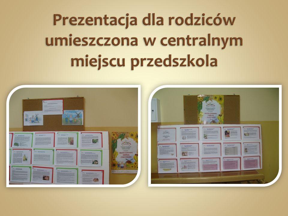 Prezentacja dla rodziców umieszczona w centralnym miejscu przedszkola