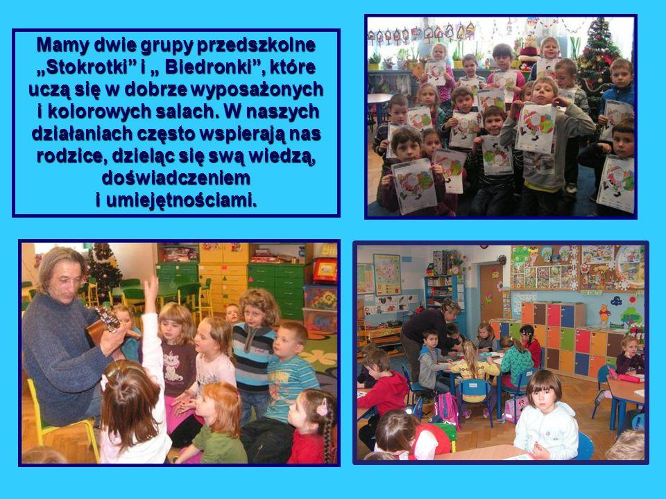 """Mamy dwie grupy przedszkolne """"Stokrotki i """" Biedronki , które uczą się w dobrze wyposażonych i kolorowych salach."""