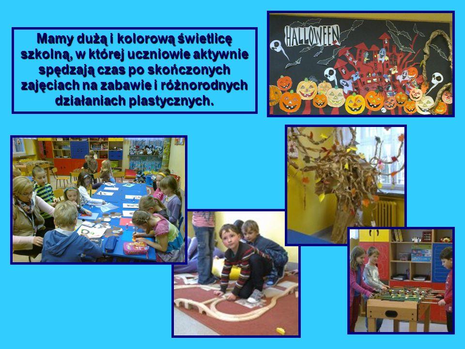 Mamy dużą i kolorową świetlicę szkolną, w której uczniowie aktywnie spędzają czas po skończonych zajęciach na zabawie i różnorodnych działaniach plastycznych.
