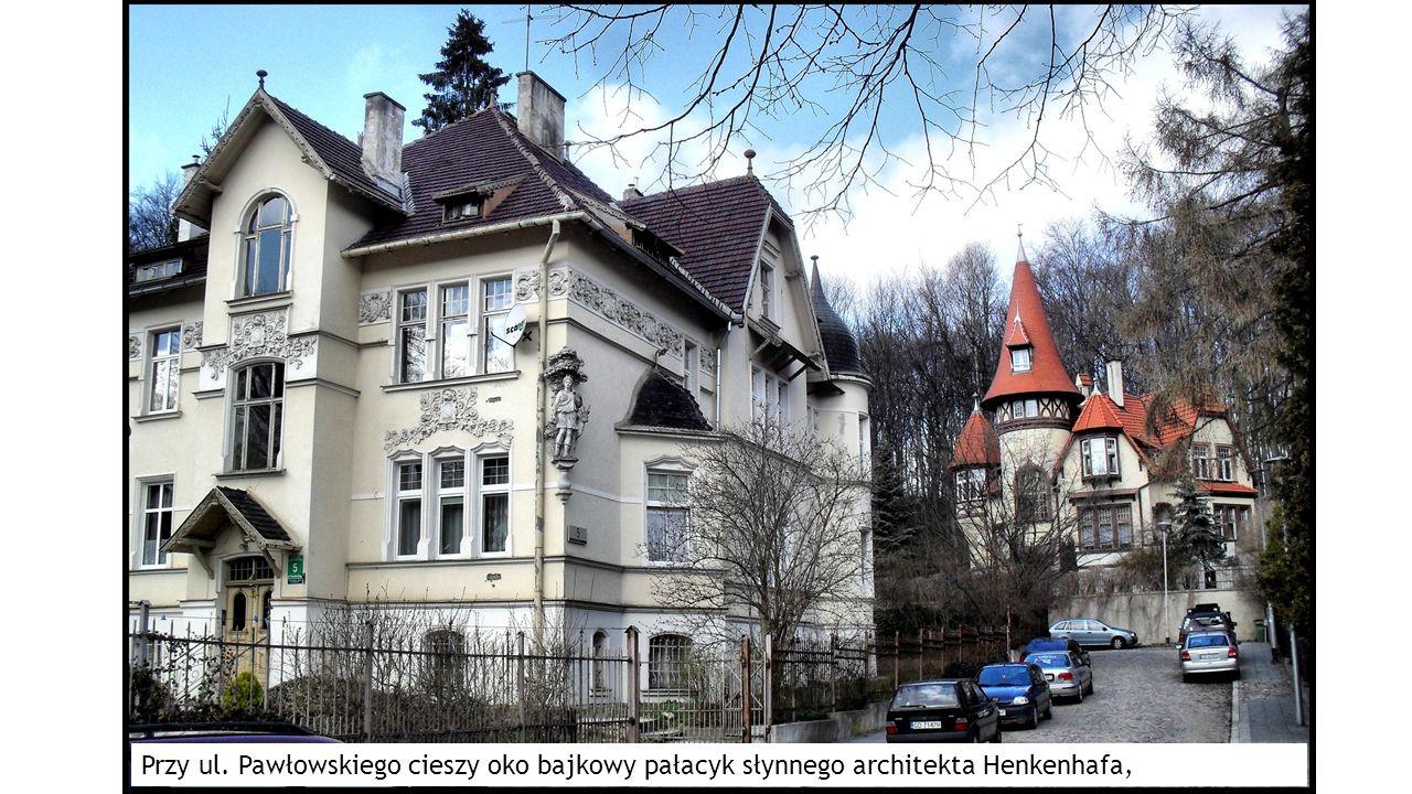 Przy ul. Pawłowskiego cieszy oko bajkowy pałacyk słynnego architekta Henkenhafa,