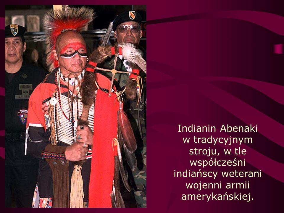 Indianin Abenaki w tradycyjnym stroju, w tle współcześni indiańscy weterani wojenni armii amerykańskiej.