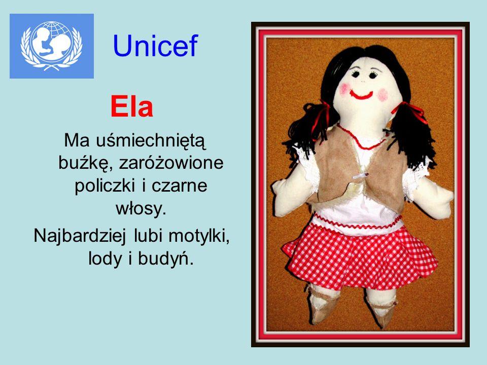 Unicef Ela Ma uśmiechniętą buźkę, zaróżowione policzki i czarne włosy.