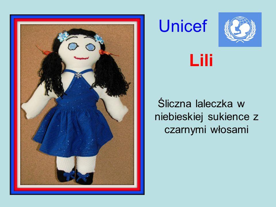Śliczna laleczka w niebieskiej sukience z czarnymi włosami