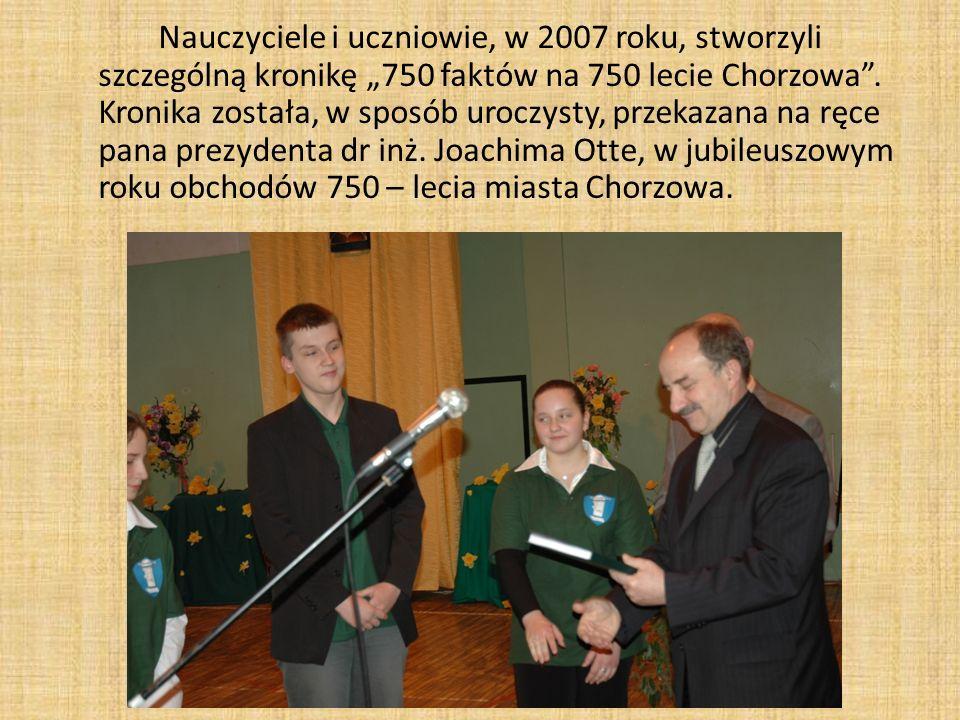 """Nauczyciele i uczniowie, w 2007 roku, stworzyli szczególną kronikę """"750 faktów na 750 lecie Chorzowa ."""