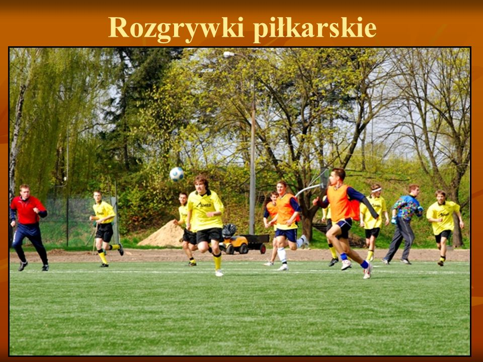 Rozgrywki piłkarskie Drużyna naszego liceum pod wodzą trenera W. Adaszewskiego wzięła udział w eliminacjach do Warszawskiej Olimpiady Młodzieży…
