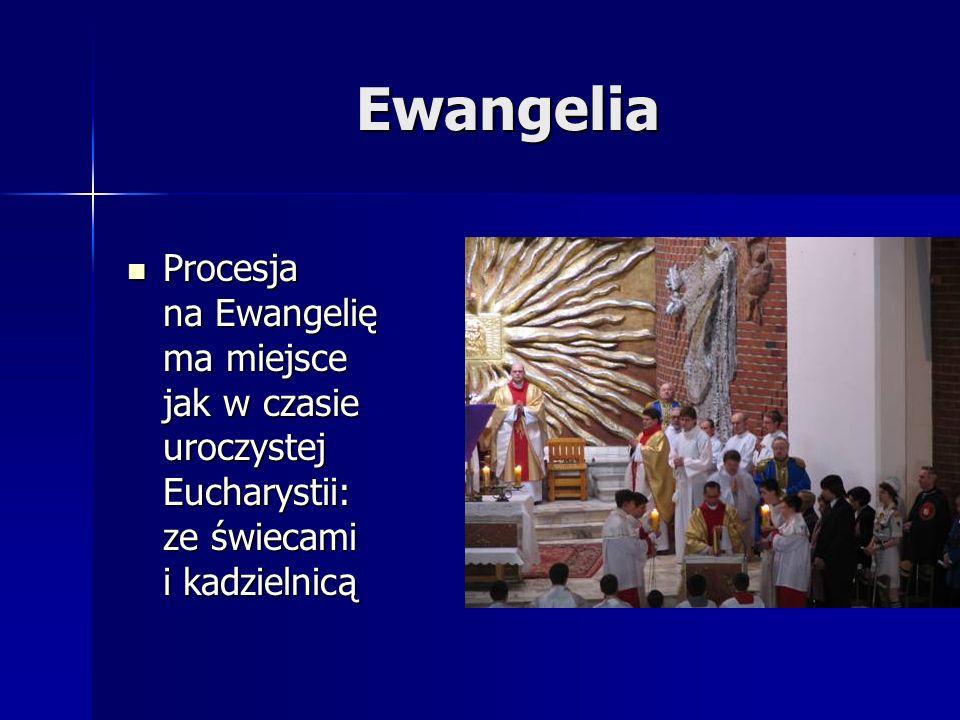 Ewangelia Procesja na Ewangelię ma miejsce jak w czasie uroczystej Eucharystii: ze świecami i kadzielnicą.