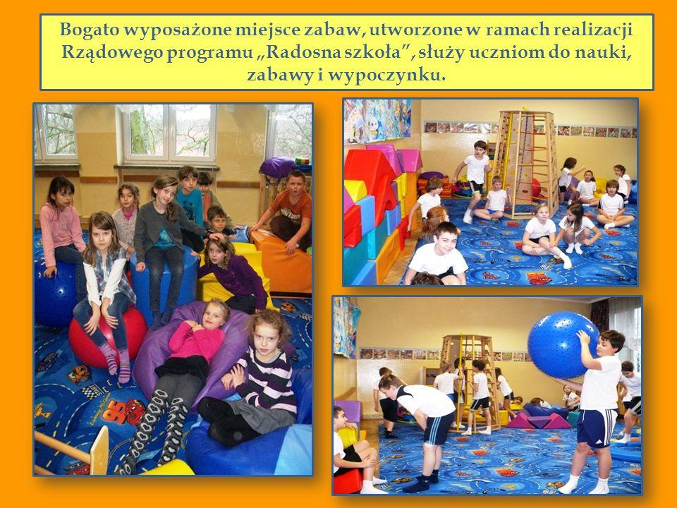 """Bogato wyposażone miejsce zabaw, utworzone w ramach realizacji Rządowego programu """"Radosna szkoła , służy uczniom do nauki, zabawy i wypoczynku."""