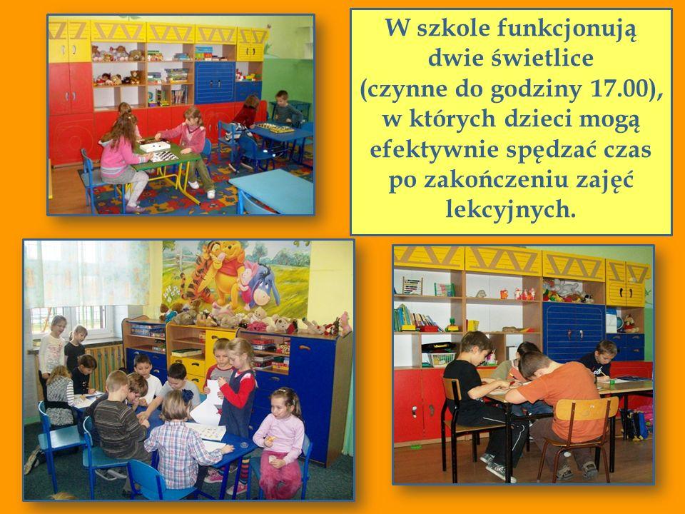 W szkole funkcjonują dwie świetlice (czynne do godziny 17.00),