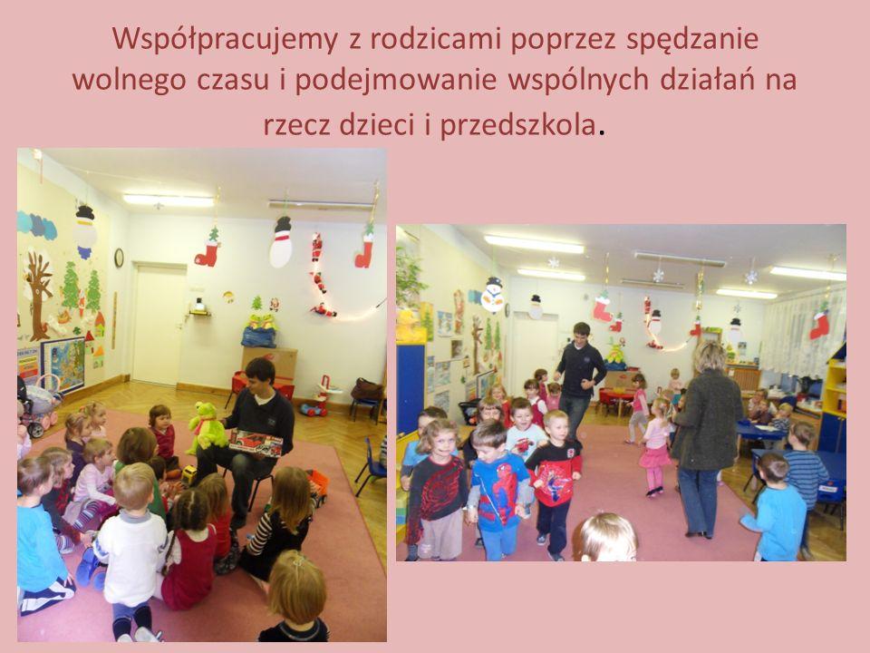 Współpracujemy z rodzicami poprzez spędzanie wolnego czasu i podejmowanie wspólnych działań na rzecz dzieci i przedszkola.