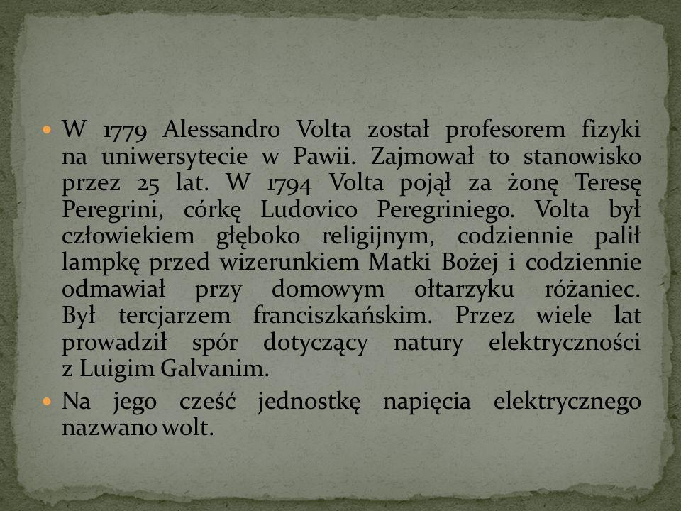 W 1779 Alessandro Volta został profesorem fizyki na uniwersytecie w Pawii. Zajmował to stanowisko przez 25 lat. W 1794 Volta pojął za żonę Teresę Peregrini, córkę Ludovico Peregriniego. Volta był człowiekiem głęboko religijnym, codziennie palił lampkę przed wizerunkiem Matki Bożej i codziennie odmawiał przy domowym ołtarzyku różaniec. Był tercjarzem franciszkańskim. Przez wiele lat prowadził spór dotyczący natury elektryczności z Luigim Galvanim.
