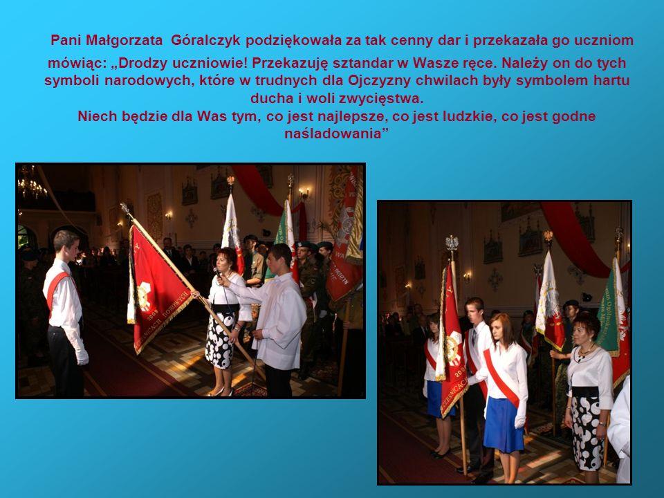 """Pani Małgorzata Góralczyk podziękowała za tak cenny dar i przekazała go uczniom mówiąc: """"Drodzy uczniowie."""