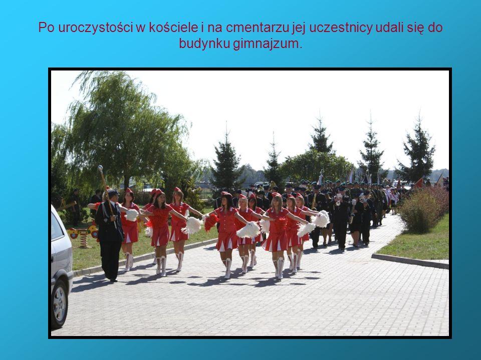 Po uroczystości w kościele i na cmentarzu jej uczestnicy udali się do budynku gimnajzum.