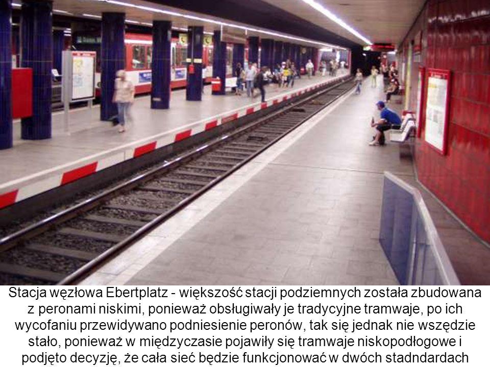Stacja węzłowa Ebertplatz - większość stacji podziemnych została zbudowana z peronami niskimi, ponieważ obsługiwały je tradycyjne tramwaje, po ich wycofaniu przewidywano podniesienie peronów, tak się jednak nie wszędzie stało, ponieważ w międzyczasie pojawiły się tramwaje niskopodłogowe i podjęto decyzję, że cała sieć będzie funkcjonować w dwóch stadndardach
