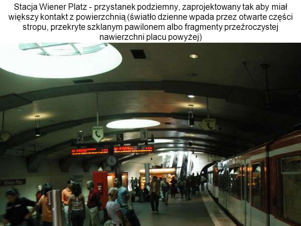 Stacja Wiener Platz - przystanek podziemny, zaprojektowany tak aby miał większy kontakt z powierzchnią (światło dzienne wpada przez otwarte części stropu, przekryte szklanym pawilonem albo fragmenty przeźroczystej nawierzchni placu powyżej)