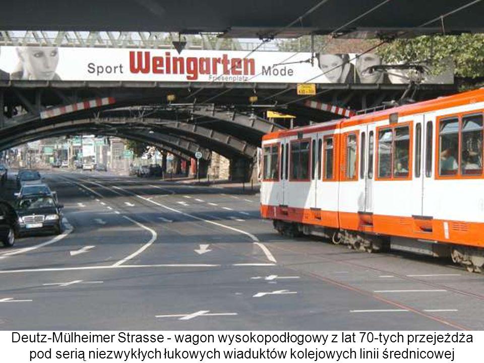 Deutz-Mülheimer Strasse - wagon wysokopodłogowy z lat 70-tych przejeżdża pod serią niezwykłych łukowych wiaduktów kolejowych linii średnicowej