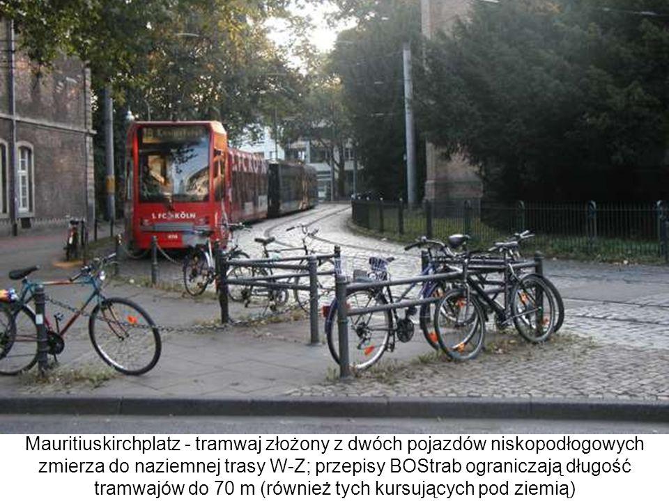 Mauritiuskirchplatz - tramwaj złożony z dwóch pojazdów niskopodłogowych zmierza do naziemnej trasy W-Z; przepisy BOStrab ograniczają długość tramwajów do 70 m (również tych kursujących pod ziemią)