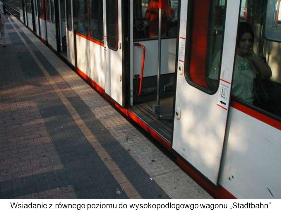"""Wsiadanie z równego poziomu do wysokopodłogowgo wagonu """"Stadtbahn"""