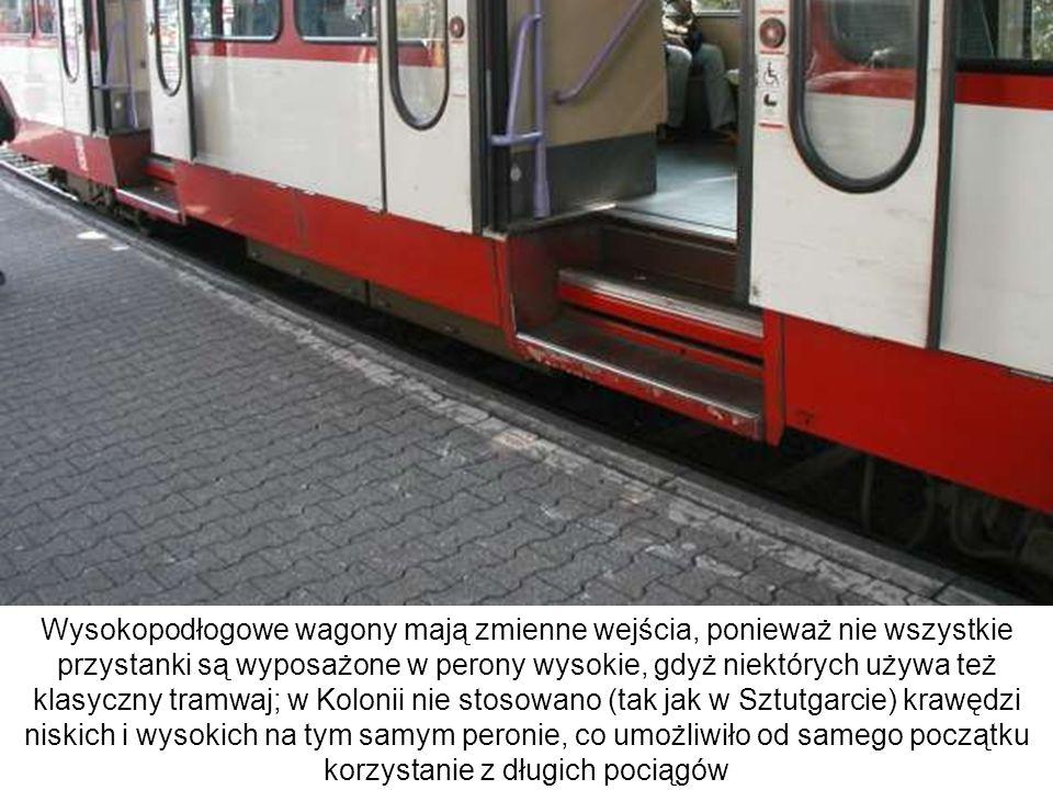 Wysokopodłogowe wagony mają zmienne wejścia, ponieważ nie wszystkie przystanki są wyposażone w perony wysokie, gdyż niektórych używa też klasyczny tramwaj; w Kolonii nie stosowano (tak jak w Sztutgarcie) krawędzi niskich i wysokich na tym samym peronie, co umożliwiło od samego początku korzystanie z długich pociągów