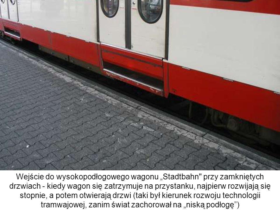 """Wejście do wysokopodłogowego wagonu """"Stadtbahn przy zamkniętych drzwiach - kiedy wagon się zatrzymuje na przystanku, najpierw rozwijają się stopnie, a potem otwierają drzwi (taki był kierunek rozwoju technologii tramwajowej, zanim świat zachorował na """"niską podłogę )"""