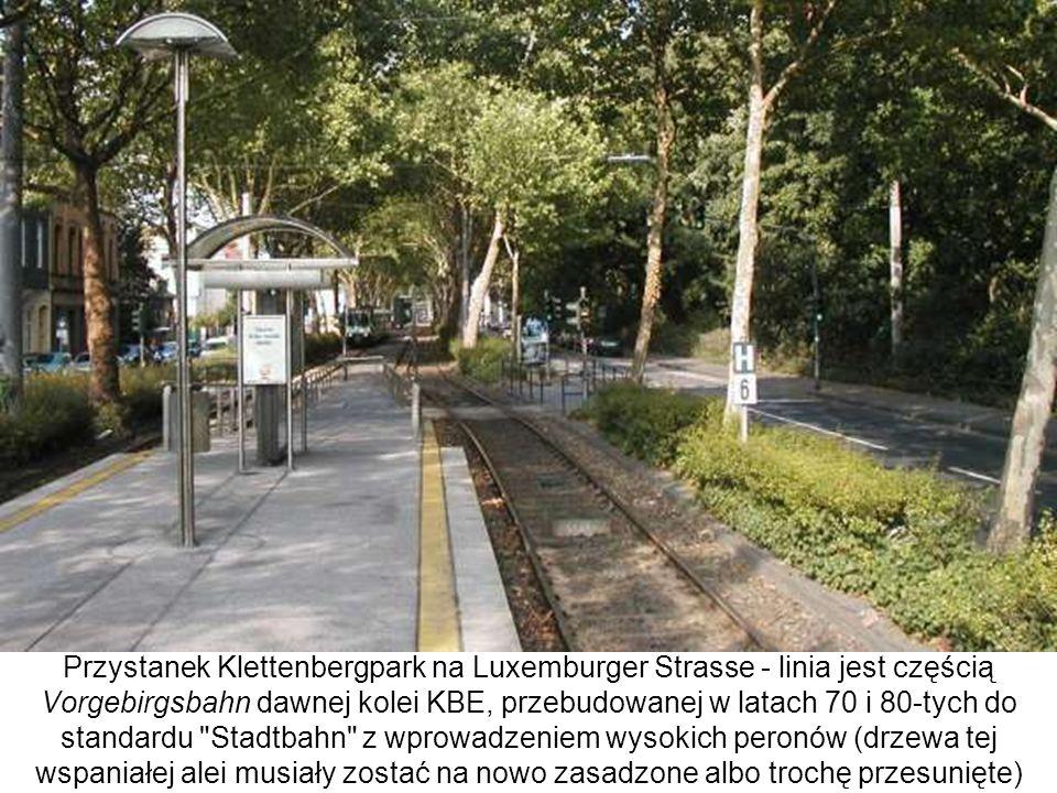 Przystanek Klettenbergpark na Luxemburger Strasse - linia jest częścią Vorgebirgsbahn dawnej kolei KBE, przebudowanej w latach 70 i 80-tych do standardu Stadtbahn z wprowadzeniem wysokich peronów (drzewa tej wspaniałej alei musiały zostać na nowo zasadzone albo trochę przesunięte)