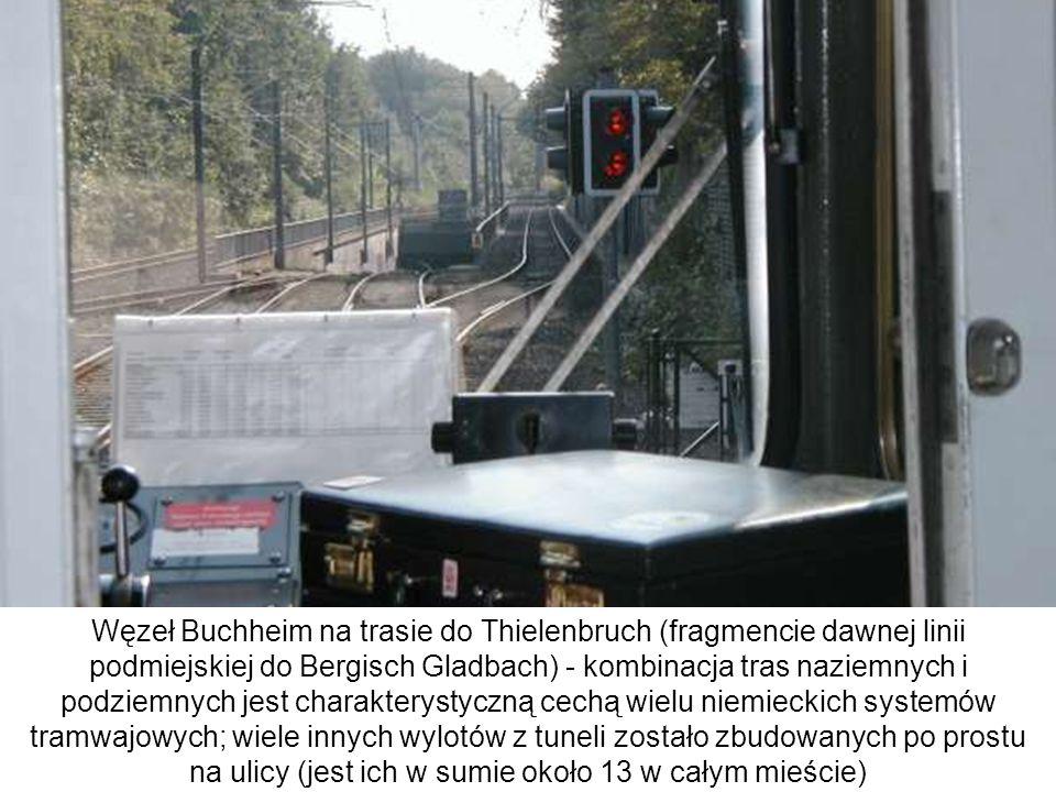 Węzeł Buchheim na trasie do Thielenbruch (fragmencie dawnej linii podmiejskiej do Bergisch Gladbach) - kombinacja tras naziemnych i podziemnych jest charakterystyczną cechą wielu niemieckich systemów tramwajowych; wiele innych wylotów z tuneli zostało zbudowanych po prostu na ulicy (jest ich w sumie około 13 w całym mieście)
