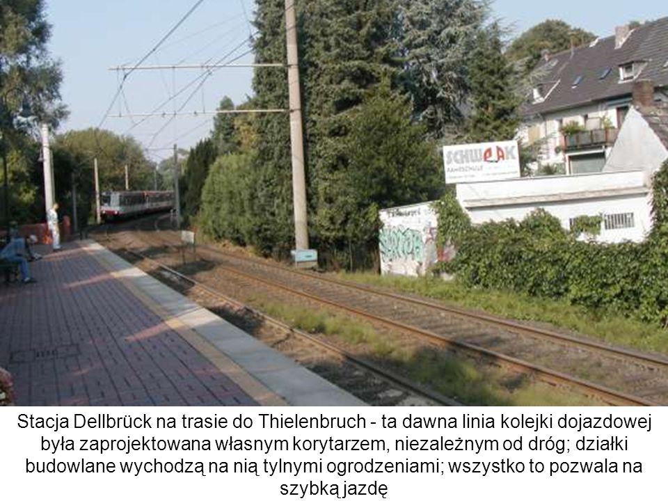 Stacja Dellbrück na trasie do Thielenbruch - ta dawna linia kolejki dojazdowej była zaprojektowana własnym korytarzem, niezależnym od dróg; działki budowlane wychodzą na nią tylnymi ogrodzeniami; wszystko to pozwala na szybką jazdę