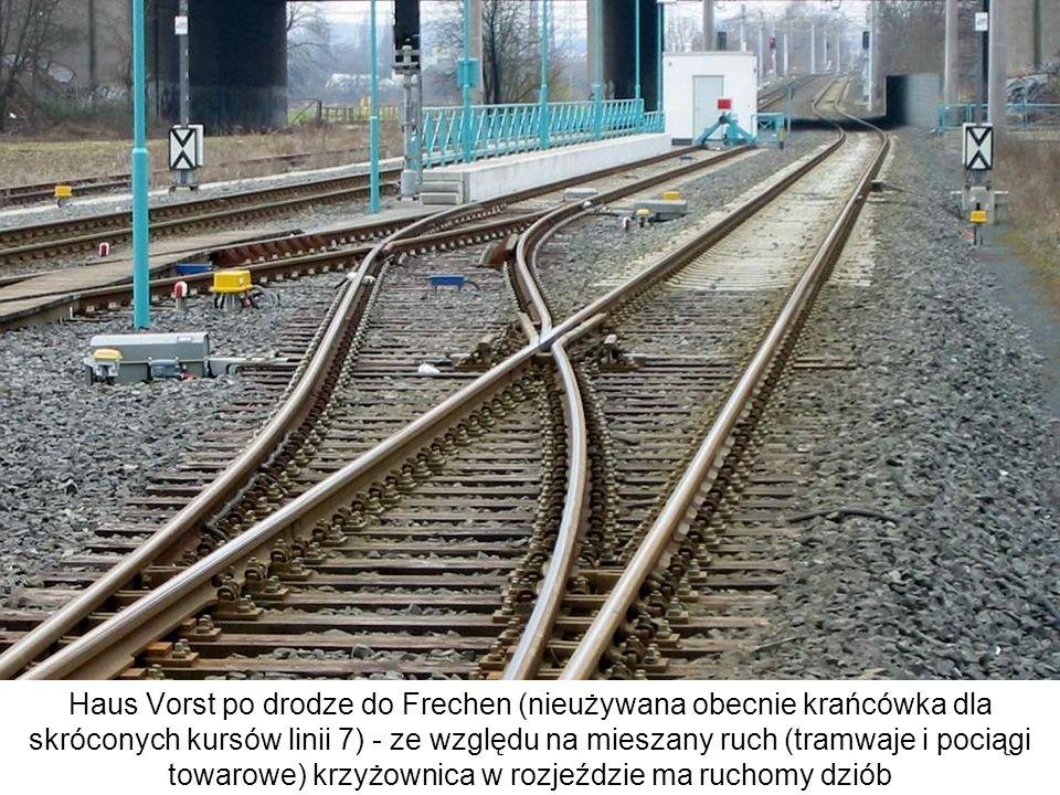 Haus Vorst po drodze do Frechen (nieużywana obecnie krańcówka dla skróconych kursów linii 7) - ze względu na mieszany ruch (tramwaje i pociągi towarowe) krzyżownica w rozjeździe ma ruchomy dziób