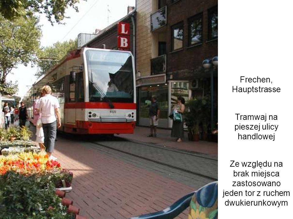 Tramwaj na pieszej ulicy handlowej