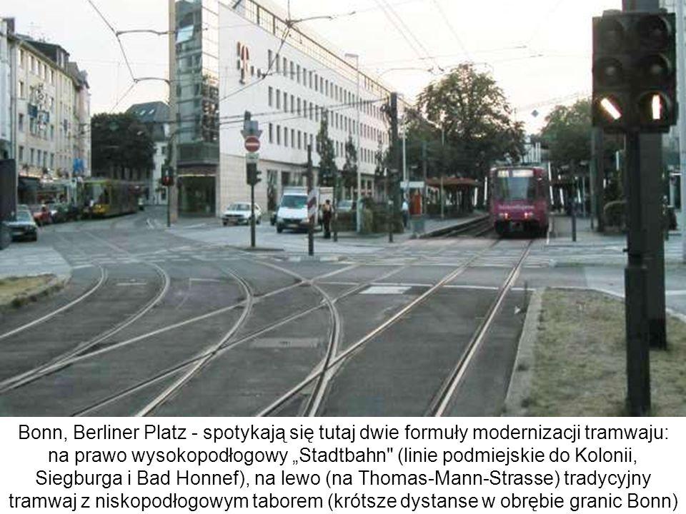 """Bonn, Berliner Platz - spotykają się tutaj dwie formuły modernizacji tramwaju: na prawo wysokopodłogowy """"Stadtbahn (linie podmiejskie do Kolonii, Siegburga i Bad Honnef), na lewo (na Thomas-Mann-Strasse) tradycyjny tramwaj z niskopodłogowym taborem (krótsze dystanse w obrębie granic Bonn)"""