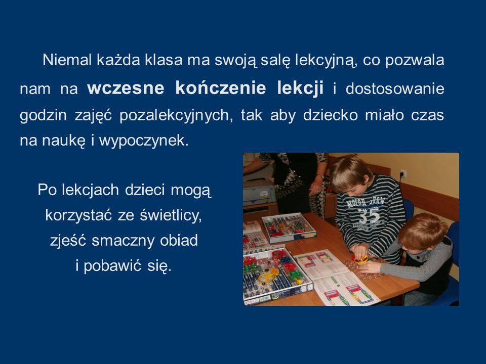 Niemal każda klasa ma swoją salę lekcyjną, co pozwala nam na wczesne kończenie lekcji i dostosowanie godzin zajęć pozalekcyjnych, tak aby dziecko miało czas na naukę i wypoczynek.