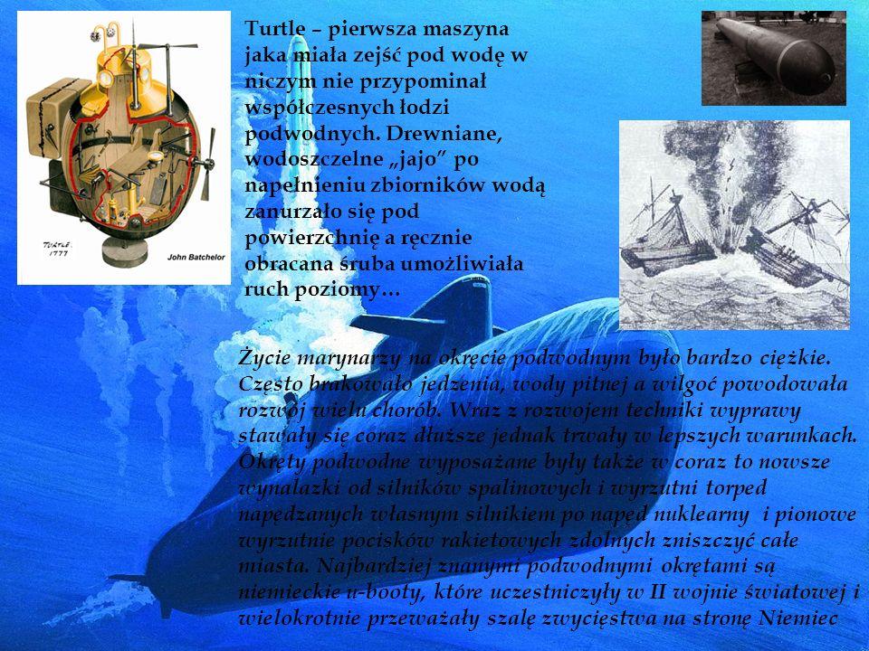 """Turtle – pierwsza maszyna jaka miała zejść pod wodę w niczym nie przypominał współczesnych łodzi podwodnych. Drewniane, wodoszczelne """"jajo po napełnieniu zbiorników wodą zanurzało się pod powierzchnię a ręcznie obracana śruba umożliwiała ruch poziomy…"""