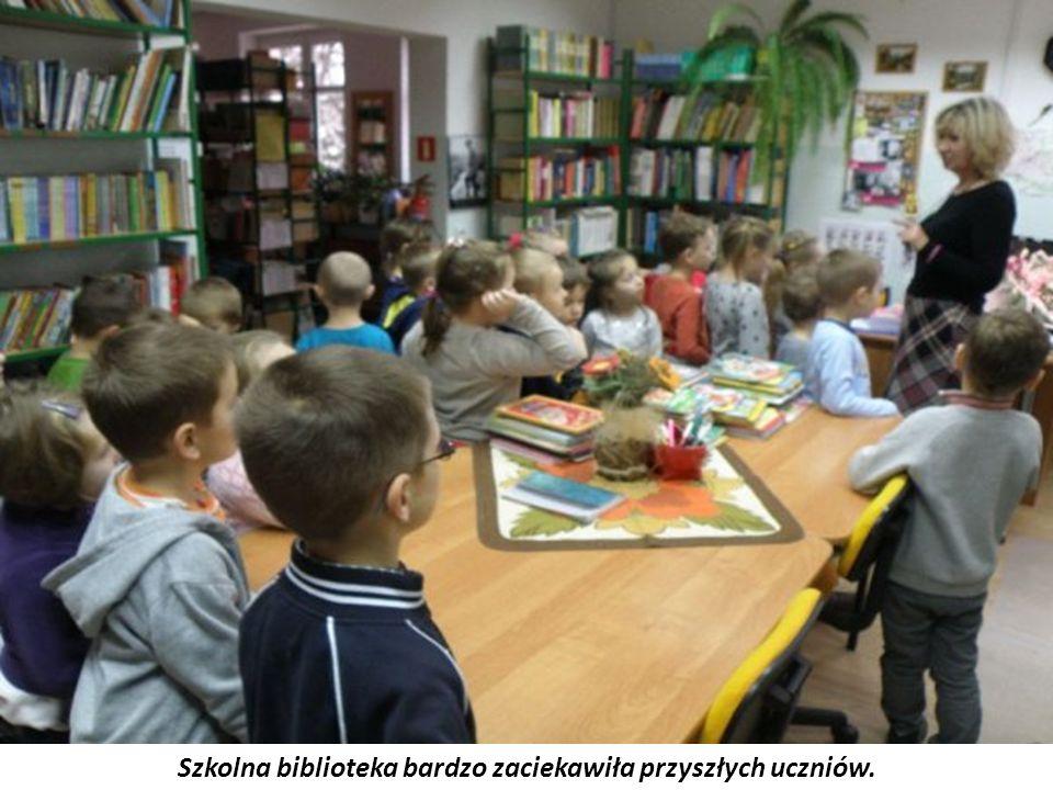 Szkolna biblioteka bardzo zaciekawiła przyszłych uczniów.