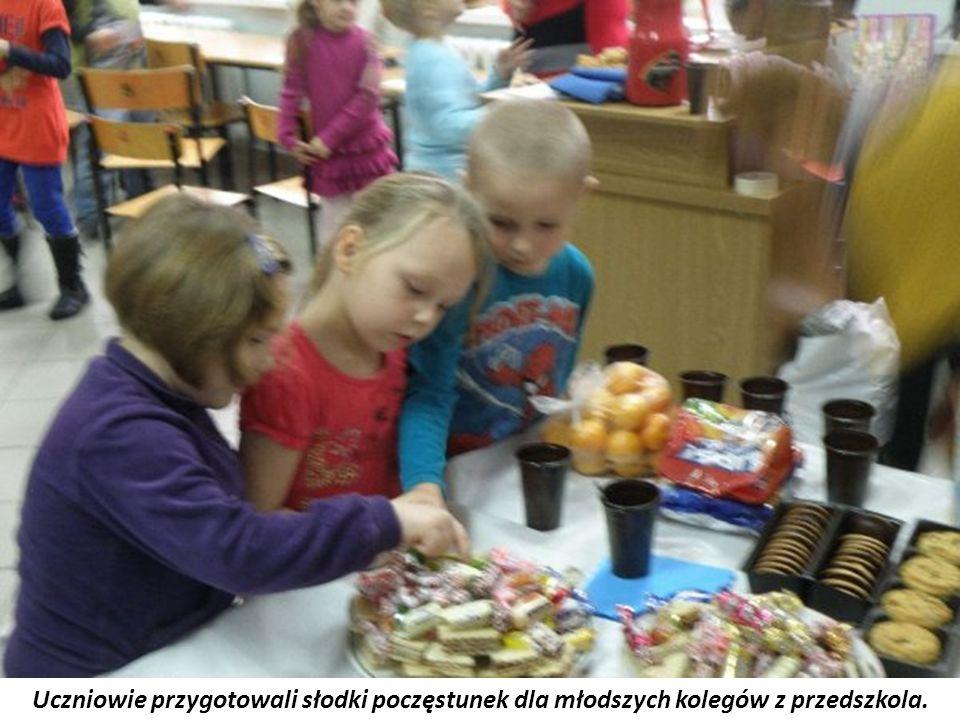 Uczniowie przygotowali słodki poczęstunek dla młodszych kolegów z przedszkola.