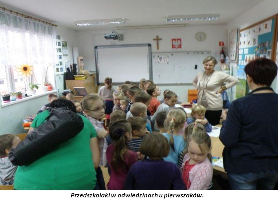 Przedszkolaki w odwiedzinach u pierwszaków.