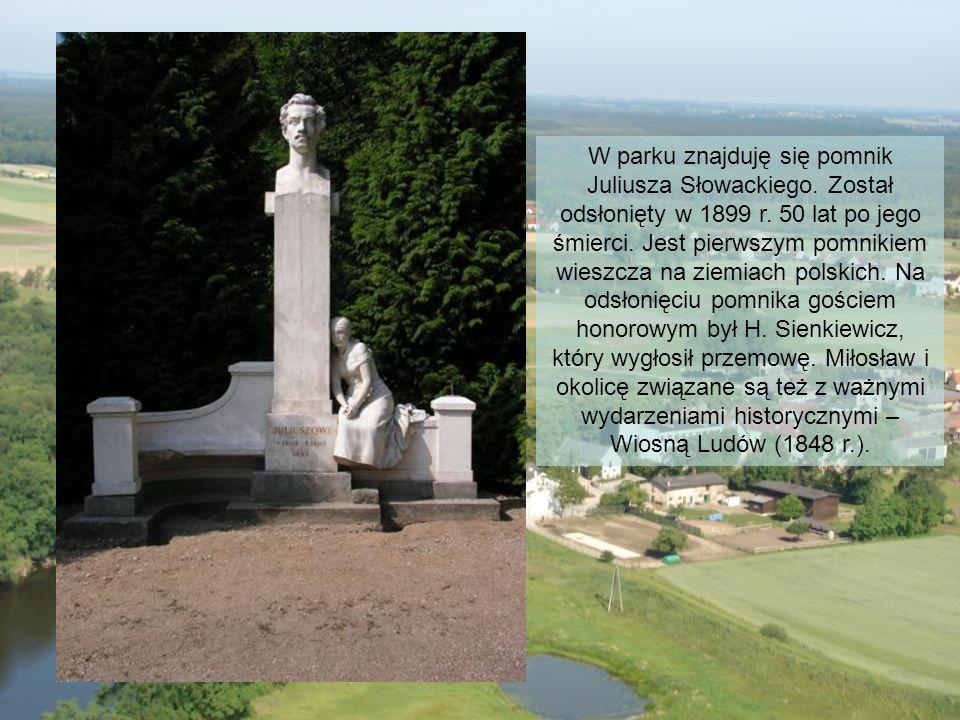 W parku znajduję się pomnik Juliusza Słowackiego