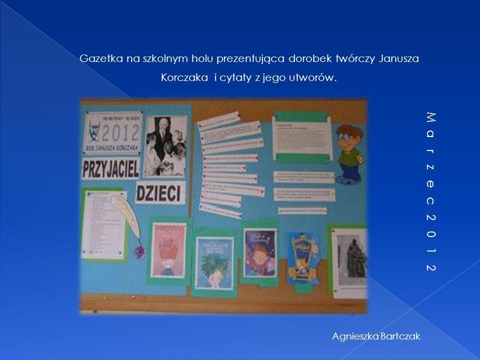 Gazetka na szkolnym holu prezentująca dorobek twórczy Janusza Korczaka i cytaty z jego utworów.