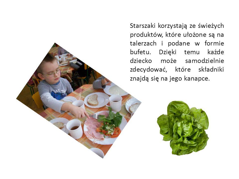 Starszaki korzystają ze świeżych produktów, które ułożone są na talerzach i podane w formie bufetu.