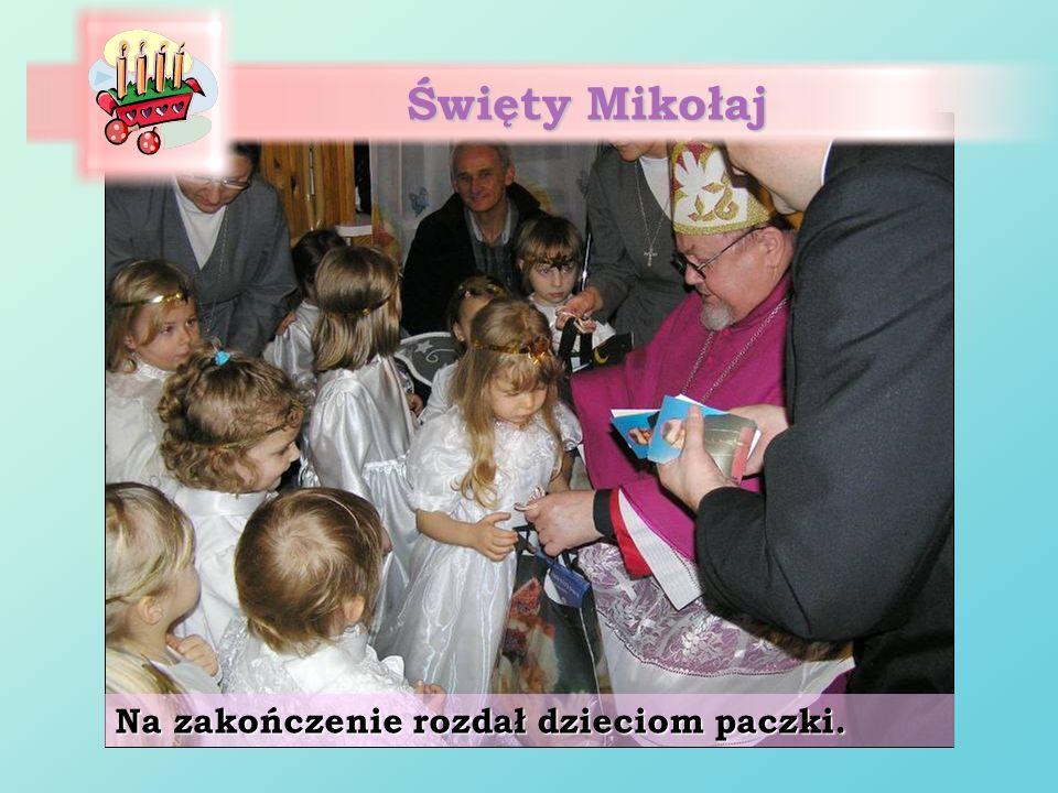 Święty Mikołaj Na zakończenie rozdał dzieciom paczki.