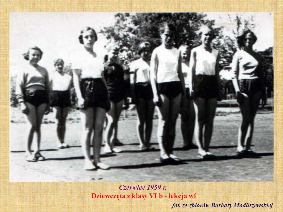 Czerwiec 1959 r. Dziewczęta z klasy VI b - lekcja wf