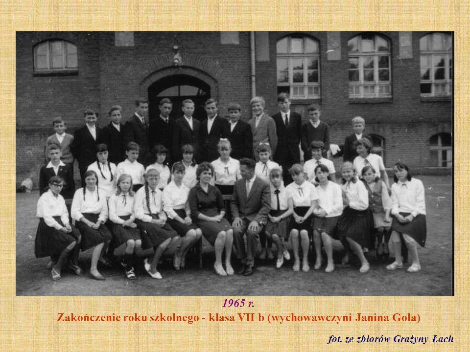 1965 r. Zakończenie roku szkolnego - klasa VII b (wychowawczyni Janina Gola)