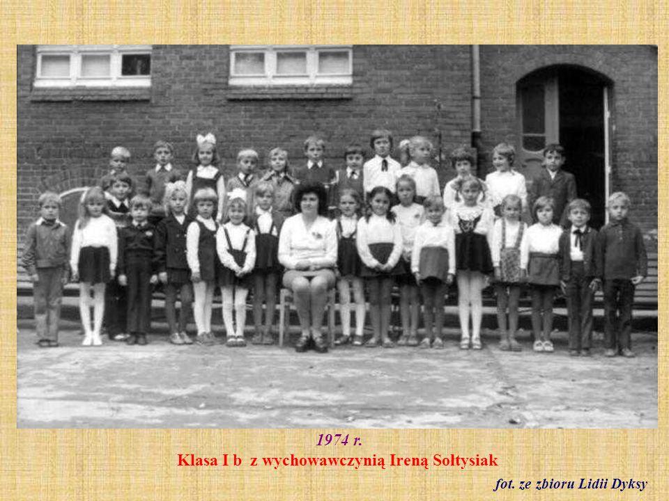 1974 r. Klasa I b z wychowawczynią Ireną Sołtysiak