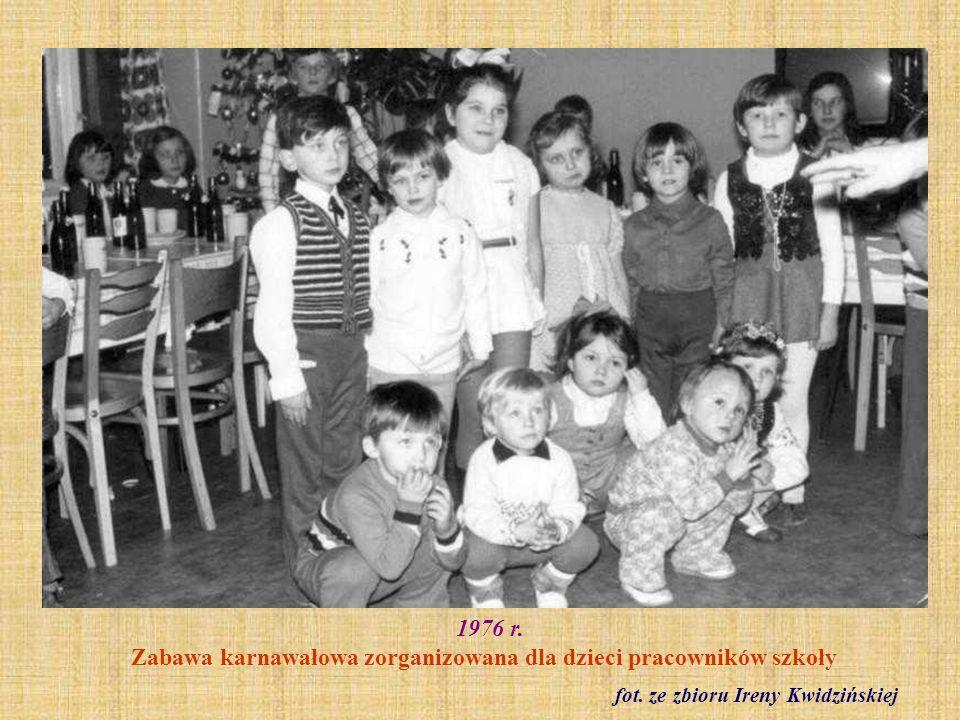 1976 r. Zabawa karnawałowa zorganizowana dla dzieci pracowników szkoły