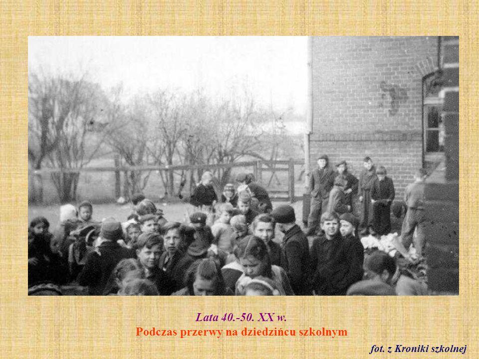 Lata 40.-50. XX w. Podczas przerwy na dziedzińcu szkolnym