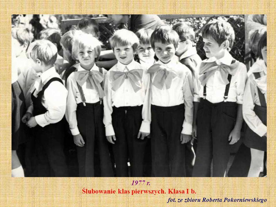 1977 r. Ślubowanie klas pierwszych. Klasa I b.