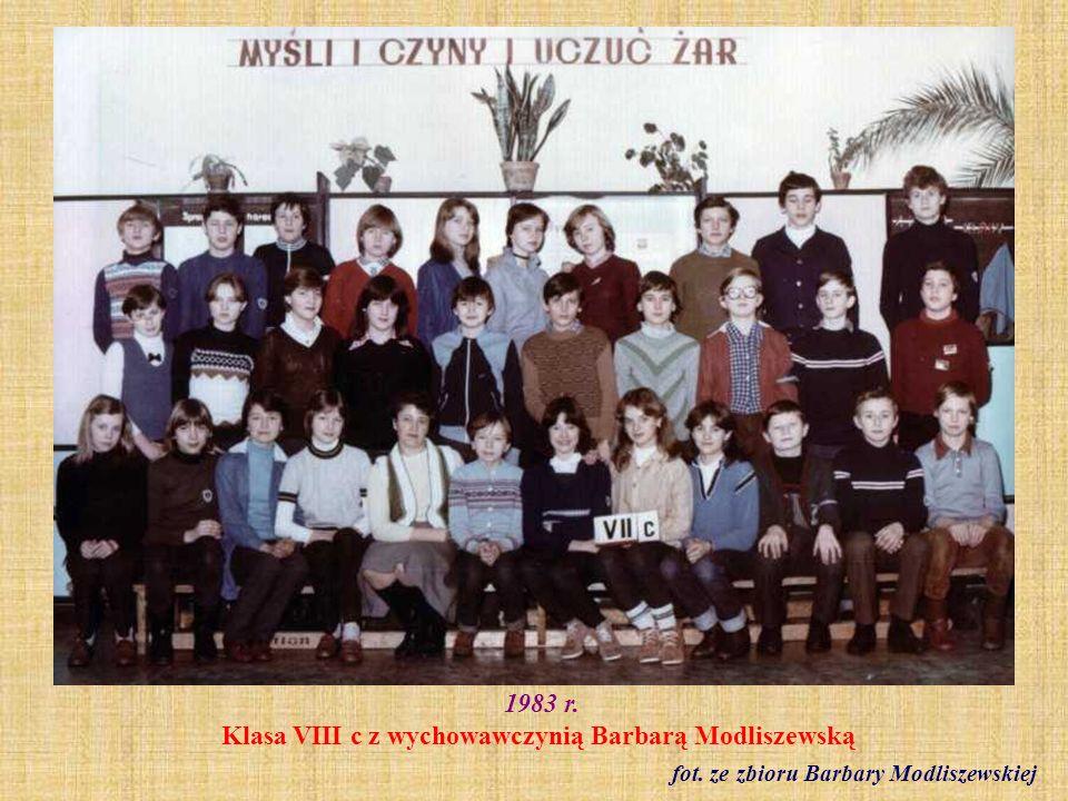 1983 r. Klasa VIII c z wychowawczynią Barbarą Modliszewską