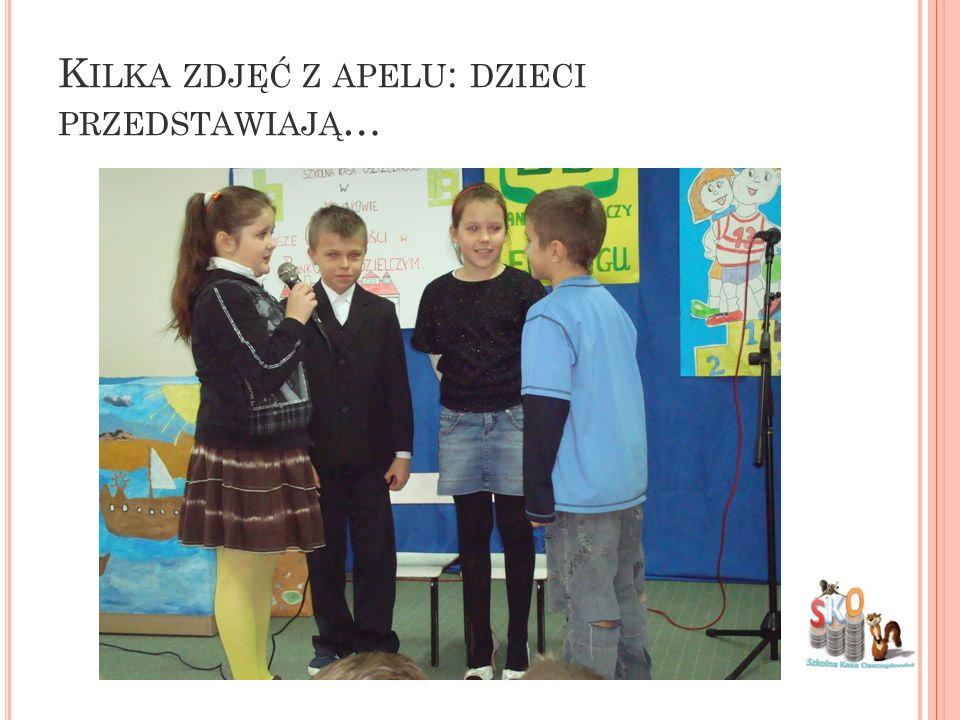 Kilka zdjęć z apelu: dzieci przedstawiają…