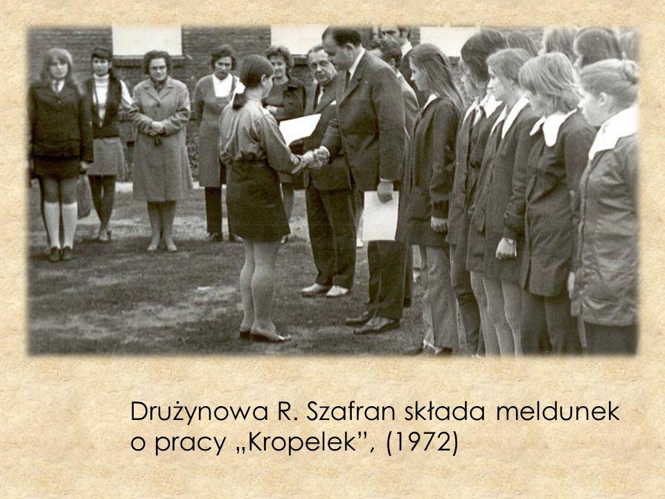 """Drużynowa R. Szafran składa meldunek o pracy """"Kropelek , (1972)"""