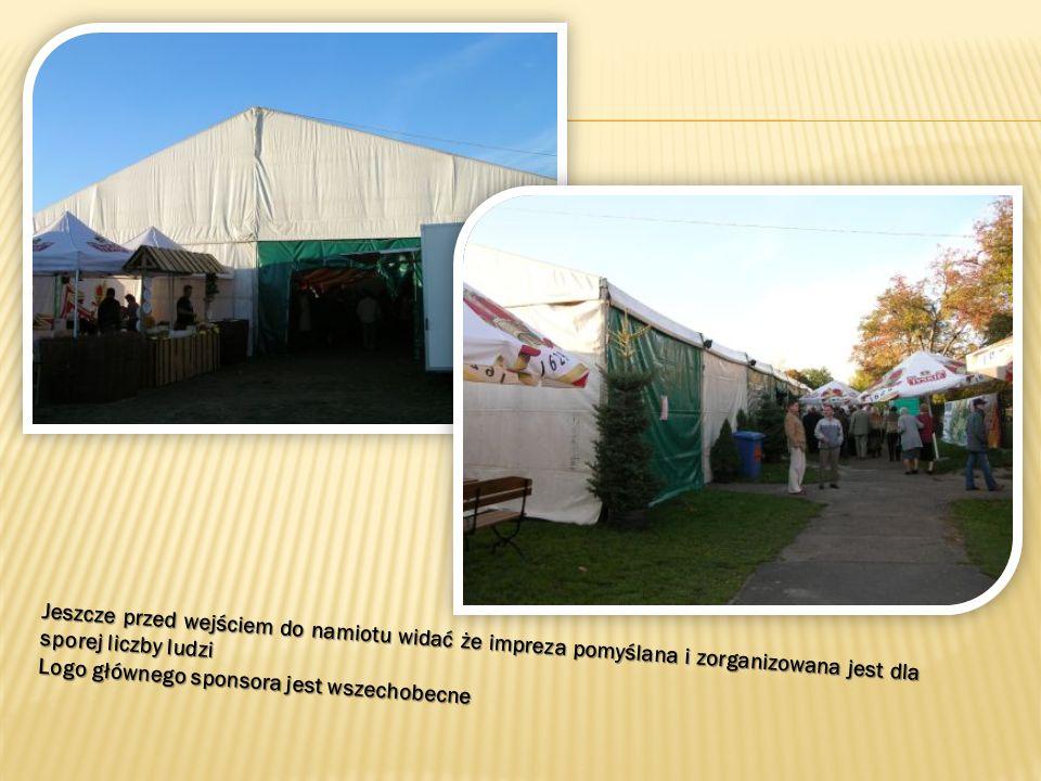 Jeszcze przed wejściem do namiotu widać że impreza pomyślana i zorganizowana jest dla sporej liczby ludzi